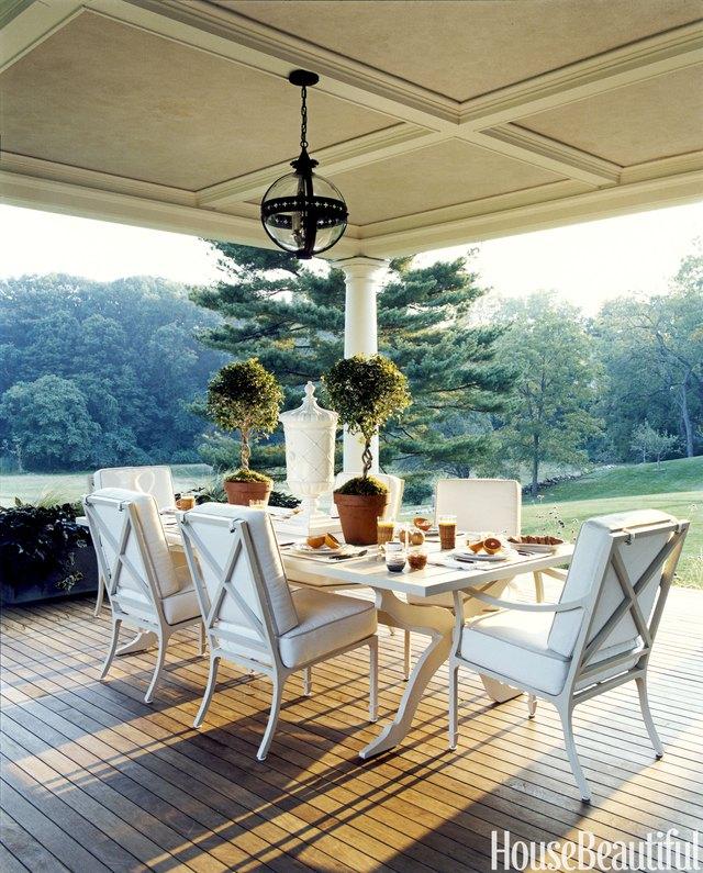 9. Một chiếc bàn ở hiên nhà có thể vừa là bàn ăn vừa là khu vực ngồi thư giãn và tận hưởng không gian trong lành bên ngoài.