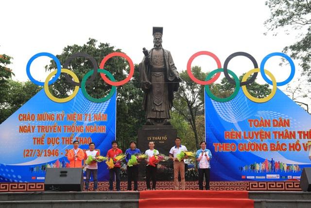 Lãnh đạo UBND thành phố Hà Nội tặng hoa cho các tổ chức, doanh nghiệp tham gia hỗ trợ cho Ngày chạy Olympic 2017