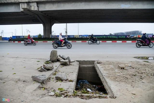 Nắp cống tạo khoảng hở dài 1 m, rộng 30 cm trên đường Nguyễn Xiển (quận Thanh Xuân).