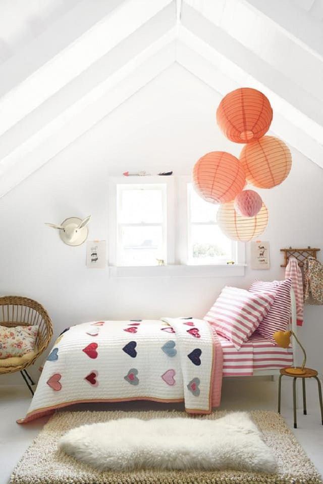 9. Mẫu giường ngủ đáng yêu với các hình tim dễ thương xếp đầy lên chăn này sẽ làm con gái của bạn thích mê cho mà xem. Không những thế việc trang trí thêm thảm lông trắng muốt cũng tạo sự ấm áp cho không gian.