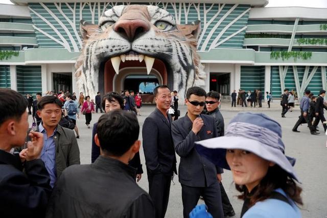 Người dân tụ tập trước cổng vào sở thú Bình Nhưỡng hôm 16/4.Ngày chủ nhật, vườn thú đông nghịt người. Trẻ em hào hứng chạy nhảy khắp các sân chơi công cộng trong thành phố. Người lớn đi dạo dọc theo những con phố rợp bóng hoa đào nở, theo AP.