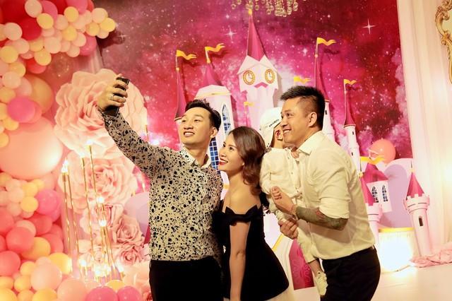 Nhiều bạn bè thân thiết khác như vợ chồng MC Thành Trung, ca sĩ Minh Vương... cũng đến chung vui với người anh thân thiết.