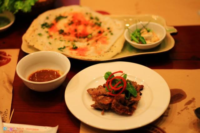 Bánh đập thịt heo nướng là biến tấu của món bánh đập quen thuộc (bánh đập gồm một bánh tráng mỏng, trải đều lên bánh tráng nướng).