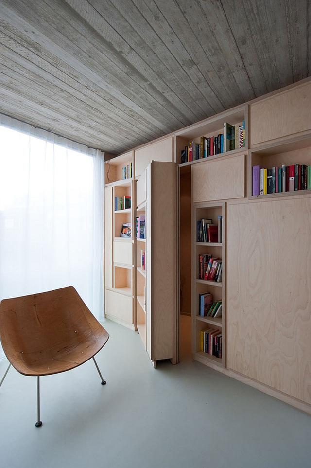 Bạn chỉ cần thiết kế một giá sách có kích thước lớn vừa khít với kích thước căn phòng cùng một cánh cửa kèm theo đó, vậy là mọi thứ đã hoàn thành rồi.