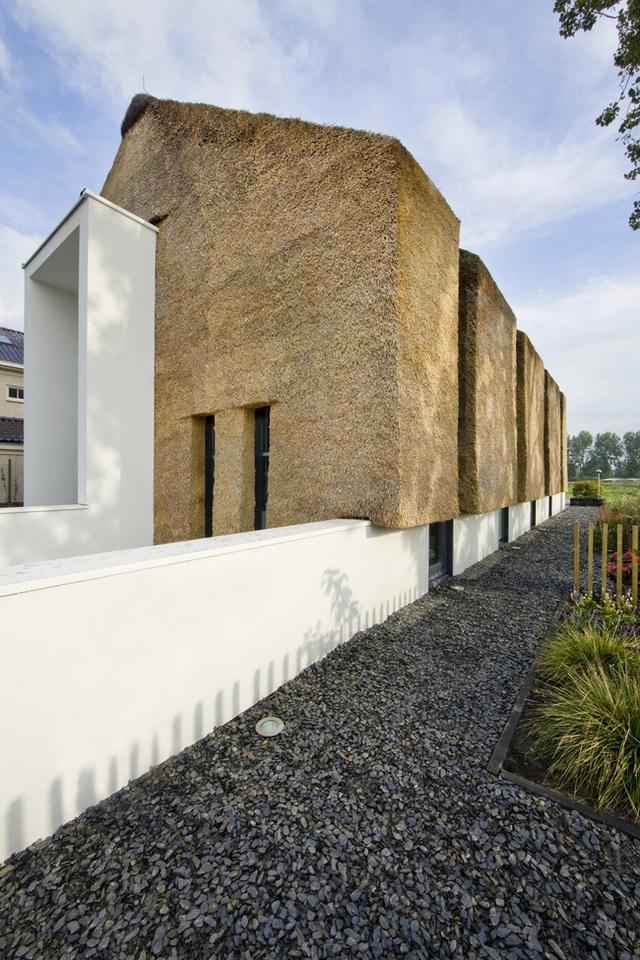 Ngôi nhà được hoàn thành vào năm 2010 với diện tích 744 mét vuông. Thiết kế đơn giản và hiện đại, với những bức tường bằng đá, thạch sét và một mái tranh đầy ấn tượng.