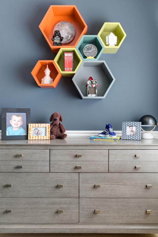 8. Những chiếc khung treo tường rực rỡ đầy màu sắc mang đến sức sống cho cả căn phòng.