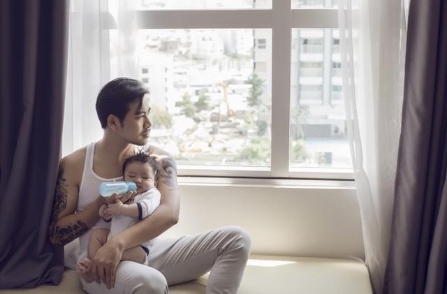 Thanh Bình tỏ ra là một ông bố đảm đang, yêu vợ, thương con.