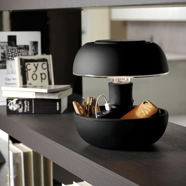 9. Không chỉ có thêm thiết kế ổ cắm, mẫu đèn còn có thêm một không gian lưu trữ nho nhỏ cho người dùng.