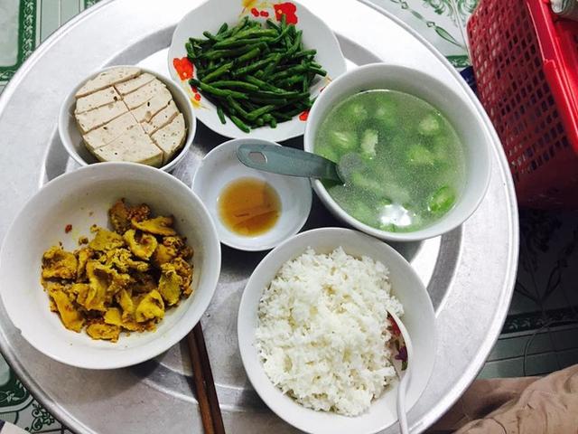 Mỗi bữa mẹ chồng lại nấu cho con dâu ở cữ các món khác nhau, nhìn đã thấy ngon miệng.