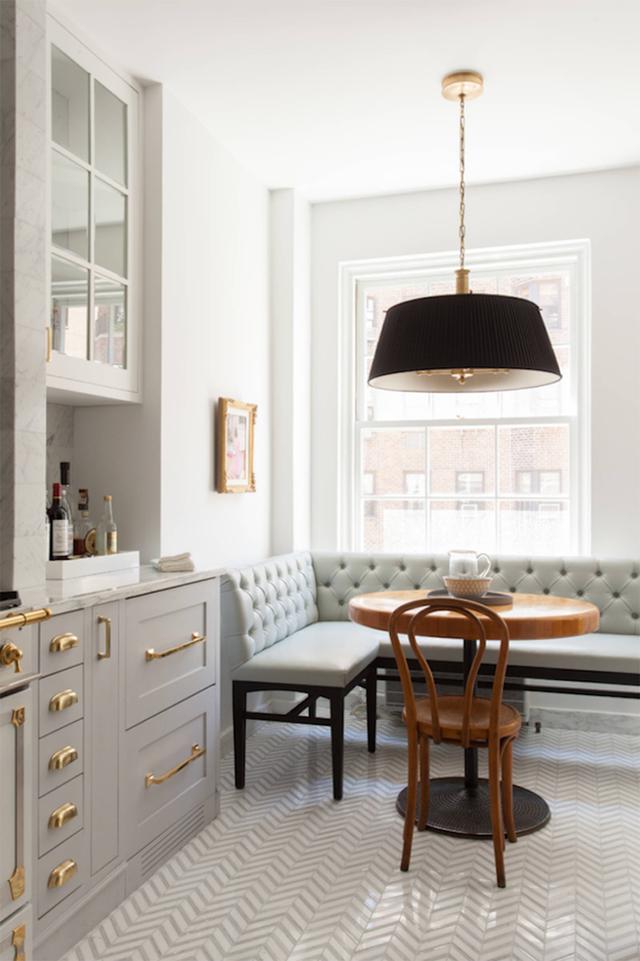 23. Nếu bạn thích trang trí màu xám, thì chiếc ghế này sẽ rất phù hợp. Sự kết hợp của chiếc ghế băng nệm màu xám với bàn ghế gỗ sẽ tạo nên một bảng màu cân bằng, giống như một quán cafe yên tĩnh.