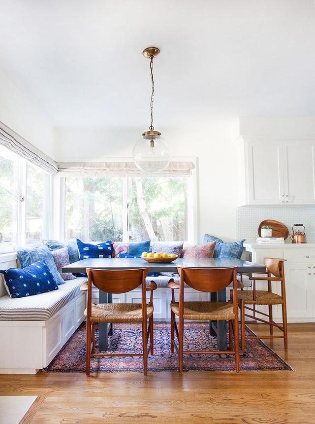9. Một chiếc ghế băng bọc nệm phù hợp với một gia đình lớn. Tất nhiên không phải bữa ăn nào cũng đầy đủ các thành viên gia đình, nhưng có một chiếc ghế băng đủ lớn để vừa vặn cho mọi người và tận hưởng những khoảnh khắc gia đình sẽ luôn là điều tuyệt vời.