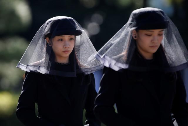 Công chúa Mako (phải) cùng em gái tham dự lễ tang Hoàng tử Mikasa, chú của Nhật hoàng Akihito, vào năm 2016. Cô là thần tượng trong mắt giới trẻ Nhật Bản bởi vẻ ngoài dịu dàng, tính cách nhân hậu và thành tích học tập ấn tượng.