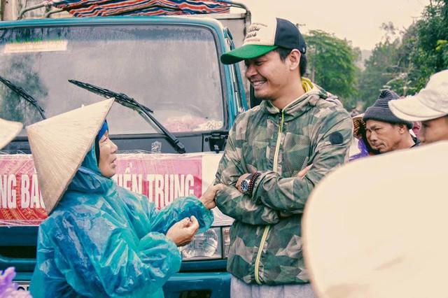 Hình ảnh MC Phan Anh trực tiếp đi trợ giúp đồng bào miền Trung bị lũ lụt