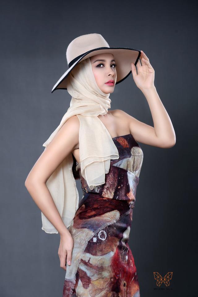 """Những mảng màu Gothic, chất liệu tơ tằm cao cấp mềm mại dưới con mắt thời trang của 2 cựu siêu mẫu được """"biến hóa"""" từ khăn đội đầu turban, khăn choàng quý phái kiểu truyền thống, khăn quàng làm váy áo sành điệu, hay thắt nơ xinh xắn làm điểm nhấn dành cho trang phục."""