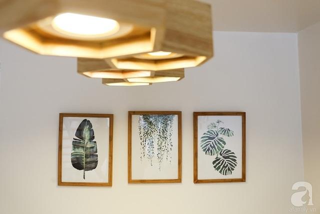 Những vật dụng trang trí như tranh treo tường, đèn chùm tạo vẻ đẹp tinh tế cho góc chức năng này.