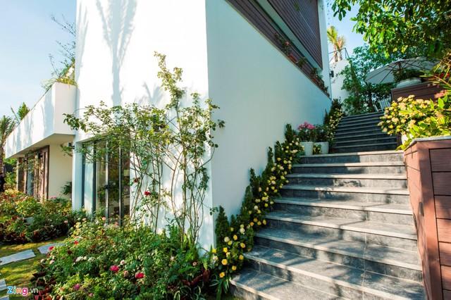 Ngoài cầu thang trong nhà, nhà còn được thiết kế thêm cầu thang bên ngoài để lên tầng 2. Đây là tầng có các phòng sinh hoạt chung, khách đến chơi có thể đi bằng cầu thang bên ngoài, thay vì bên trong nhà.
