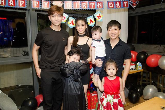 Đạo diễn Đoàn Minh Tuấn đưa hai con đi tiệc.