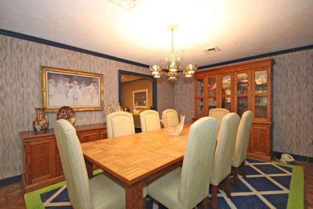 Phòng ăn dùng màu gỗ nâu trầm ấm tạo sự ấm cúng.