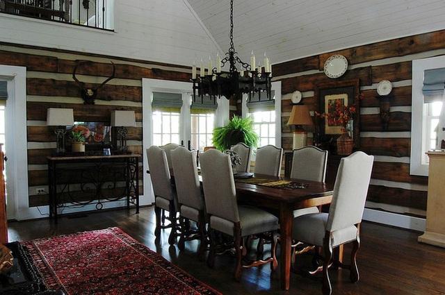 Phòng ăn mộc mạc được bọc trong gỗ sồi tái chế.