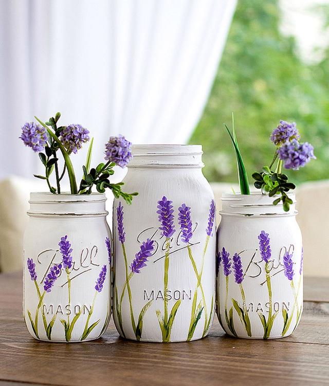 7. Những lọ thủy tinh được sơn màu rồi được vẽ hình những bông hoa, loại hoa được vẽ trên lọ chính là loại hoa bạn sẽ cắm, một cách rất tur-son-tur.