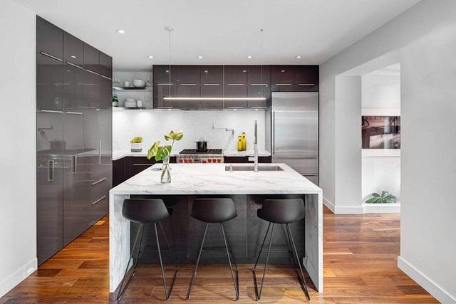Phòng ăn mang phong cách hiện đại, công nghiệp hoàn toàn. Chất liệu kim loại sáng bóng kết hợp với các bệ bếp được lát gạch hoa càng làm điều này trở nên rõ nét.
