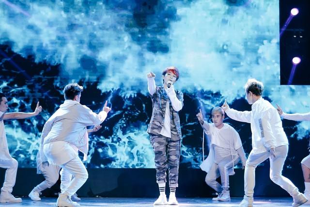 Gil Lê vừa hát vừa thể hiện vũ đạo qua Shake It Up, ca khúc được cô giới thiệu một thời gian và được khán giả yêu thích.