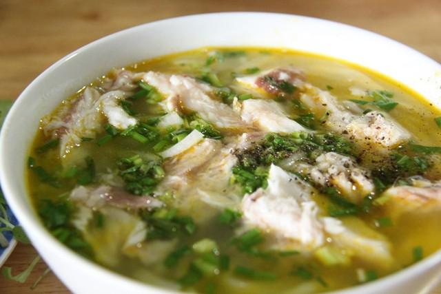 Bánh canh cá lóc hấp có vị ngọt hơn cá lóc chiên, đây cũng là món được nhiều thực khách ưa thích của quán
