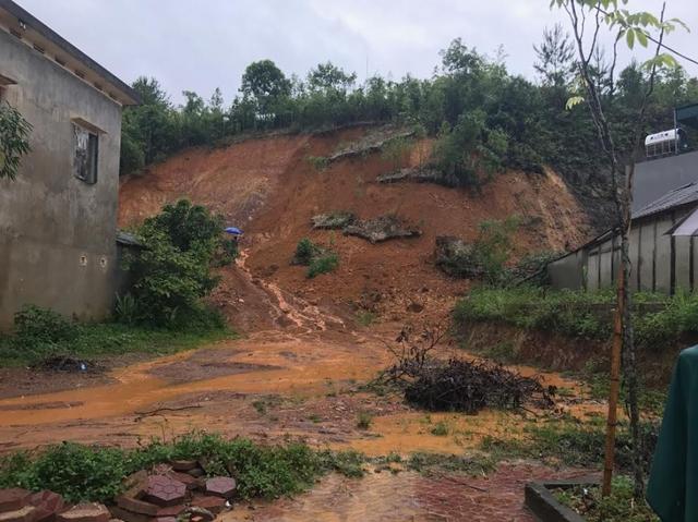 Mưa lớn gây sạt lở đất tại thị trấn Tân Uyên, huyện Tân Uyên