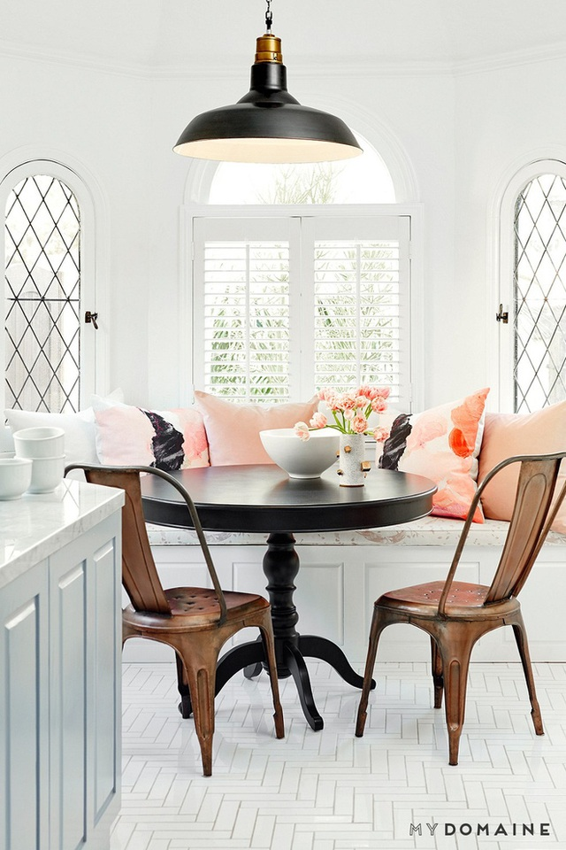 Lợi thế của những chiếc bàn tròn đó là nó có kích thước khá nhỏ gọn và bạn còn có thể giấu ghế dưới gầm những khi không dùng để tăng không gian sử dụng của nhà bếp.