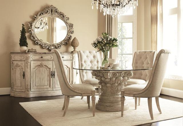 Một khung cảnh thanh lịch của bàn ăn màu đen kết nối với những chiếc ghế thêm nổi bật với chiếc thảm màu vàng, điểm họa tiết trắng bên trên.