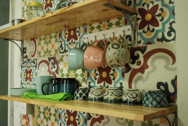 Chạn bếp nhỏ bằng gỗ tinh tế thay thế chạn inox kính cồng kềnh trước đó.