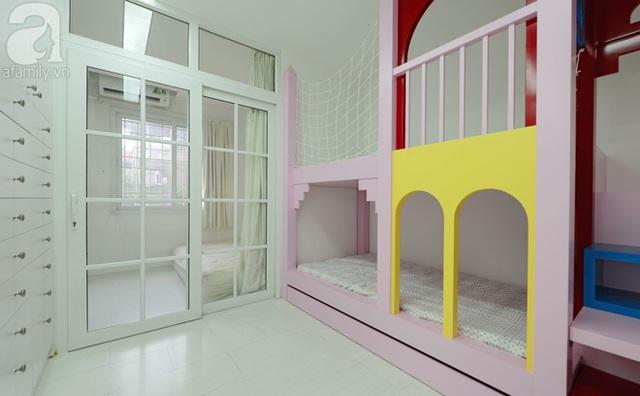 Phòng ngủ của vợ chồng anh Thạch và 2 bé được ngăn cách bằng một tấm cửa lùa.