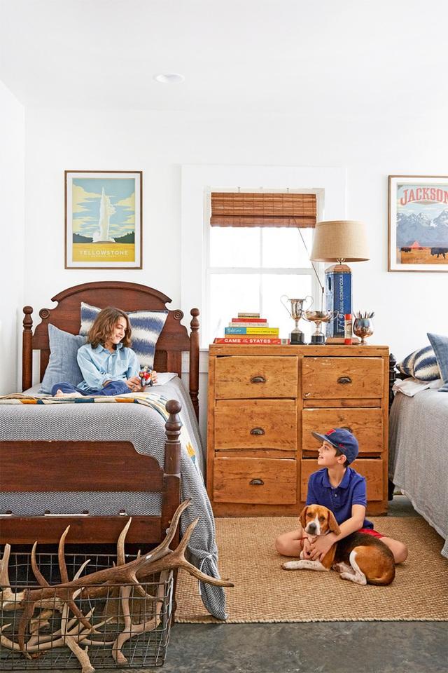 Phòng ngủ của con được bố trí với nội thất đơn giản, cần thiết như giường, tủ, thảm trải sàn. Căn phòng được bố trí giường đôi khá giống nhau.