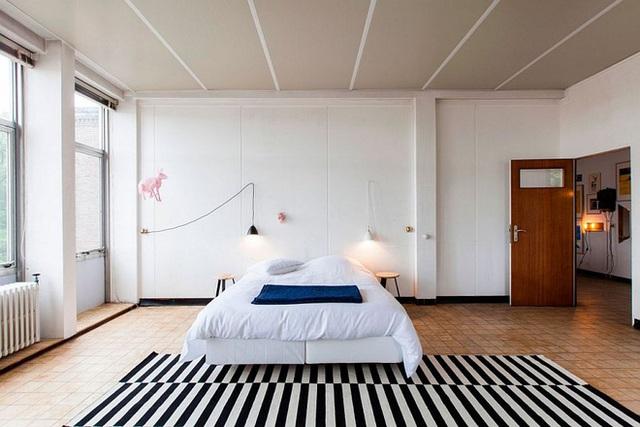 Một phòng ngủ nhỏ gọn không cần có quá nhiều vật dụng trang trí. Chỉ cần một tấm thảm kẻ sọc đen trắng là quá đủ.