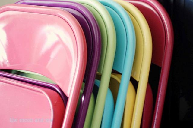 9. Bạn cần những chiếc ghế ngồi ở sân sau nhà mình. Vậy thì hãy sử dụng những chiếc ghế đầy màu sắc như thế này cho bắt mắt nhé.
