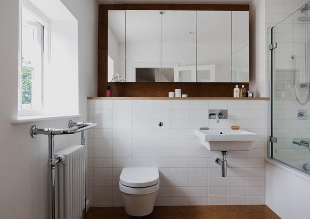 Phòng tắm hiện đại với màu trắng đến từ men và gạch ốp lát tường.
