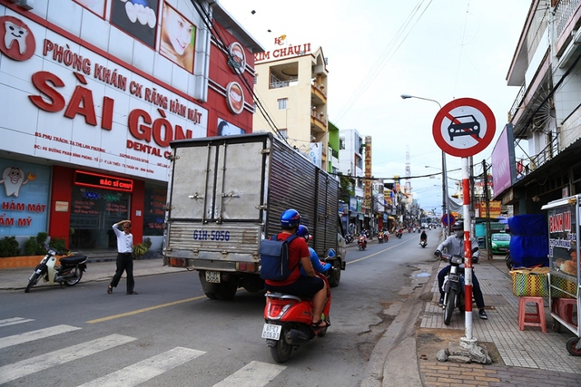 Nhiều xe tải, xe ô tô vẫn cố tình đi vào đường cấm gây nguy hiểm cho xe máy và người dân. Ảnh: Xuyến Chi