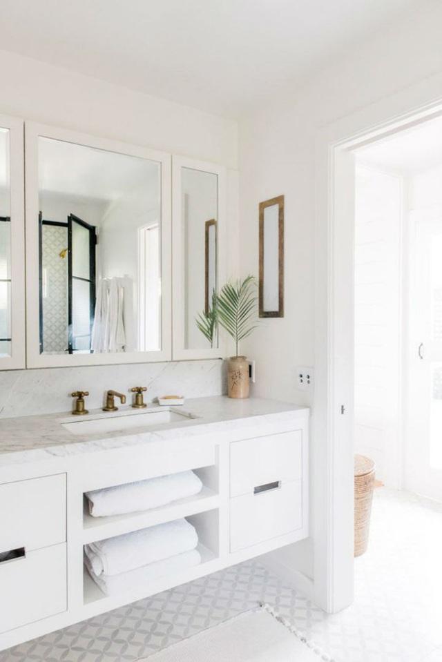 Không gian thư giãn ngập tràn ánh sáng tự nhiên và được mở rộng tối đa về mặt thị giác bởi sử dụng hoàn toàn tông màu trắng từ nội thất, ánh sáng đến màu của trần, sàn và tường.
