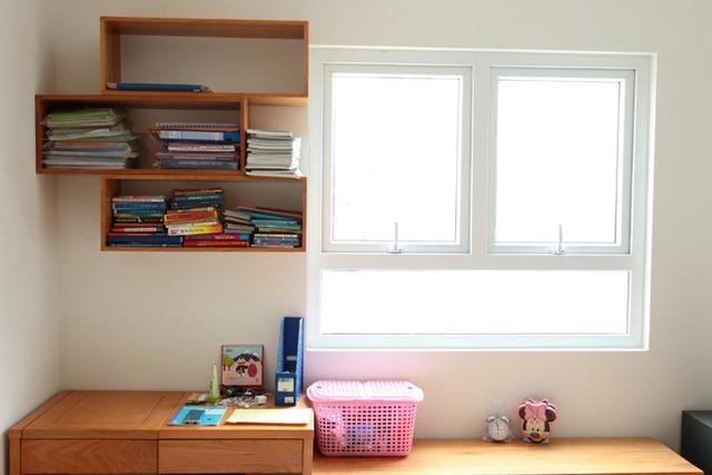 Một góc phòng sáng sủa để đọc sách và học tập của Linh Miu và em gái.