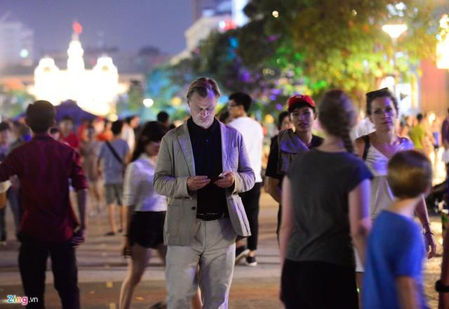 Đạo diễn Nolan hòa cùng dòng người trên phố đi bộ Nguyễn Huệ. Ít người nhận ra nhà làm phim lừng danh của Hollywood trên đường phố Sài Gòn. Chỉ một vài bạn trẻ phát hiện ra nhà làm phim The Dark Knight và đã xin chụp ảnh cùng ông.