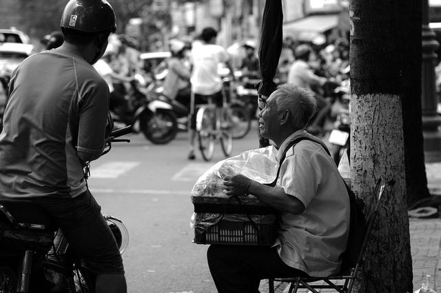 Dù khó khăn là vậy nhưng ông Quang luôn lạc quan vui vẻ. Ông bảo, còn may là còn sức khoẻ để làm việc, để kiếm tiền lo cho cuộc sống, chữa bệnh cho vợ…