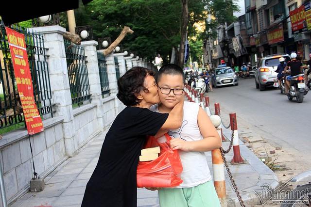 Bà Dung hân hoan cảm ơn một em nhỏ đã mang tặng thư viện nhiều sách báo