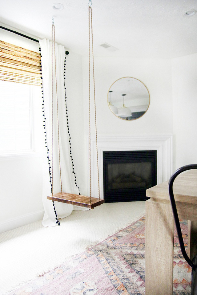 Một swing gỗ màu nhuộm đơn giản có thể là một chỗ ngồi hữu ích bên lò sưởi hoặc chỉ là một chỗ chơi đùa thư giãn của con.