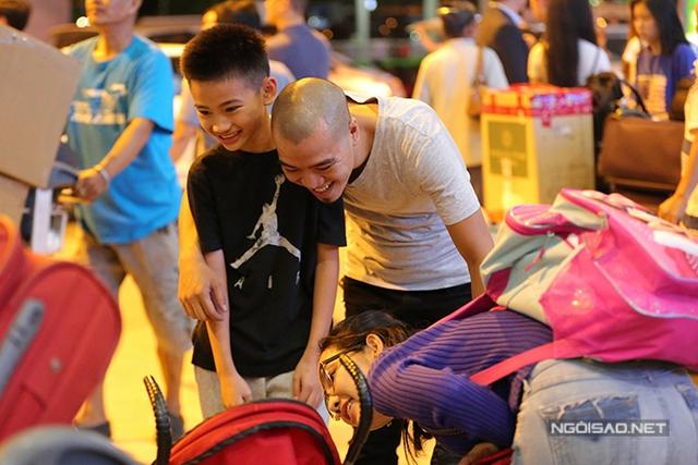 Mặc dù từng có mâu thuẫn trong quá khứ nhưng DJ Phong và Kim Hiền đã xoá bỏ mọi chuyện để giữ mối quan hệ bạn bè. Khi nhìn thấy bé Yvona ngồi trong xe đẩy, DJ Phong đã rất thích thú, thậm chí trêu đùa với cô bé.