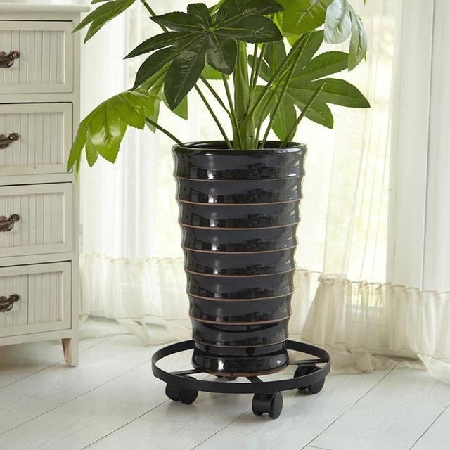 9. Chậu trồng cây bằng kim loại được thiết kế bánh xe dưới đế rất tiện để di chuyển, giúp chủ nhà có thể thay đổi vị trí của cây tùy theo mục đích trang trí nhà. Sản phẩm có giá 14$.