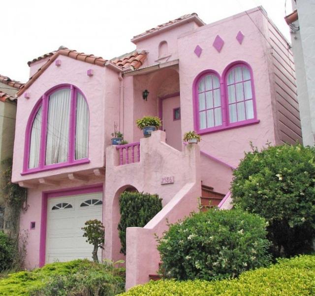 9. Một ngôi nhà cũng chọn màu hồng phấn để trang trí cho mặt tiền nhưng khác một chút, ngôi nhà lại được sử dụng viền khung cửa màu hồng đậm để tăng thêm nét độc đáo và hút mắt cho không gian.