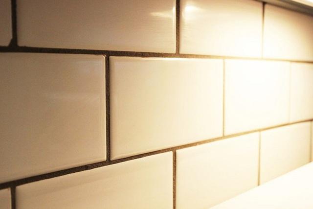 Việc làm này có thể lặp đi lặp lại đến khi nào bạn thấy tường đã hoàn toàn sạch bóng thì thôi. Xin nhắc lại là, với việc làm này sẽ giúp bạn giữ được tường sáng bóng trong một thời gian khá dài đấy.