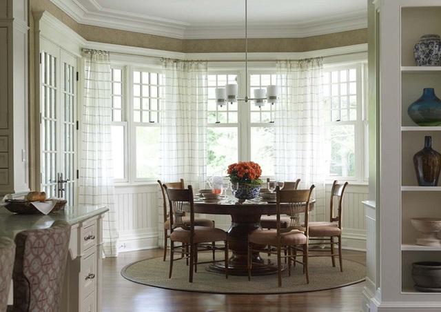 Với thiết kế nội thất bằng gỗ cổ điển như thế này rồi thì tốt nhất là bạn nên lựa chọn mẫu rèm cửa sáng màu và đơn giản để giúp tạo điểm nhấn cho không gian.