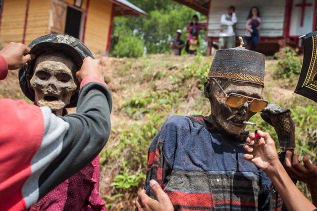 Sau đó, họ rửa sạch, chải chuốt và mặc quần áo cho xác chết, đem đi diễu hành khắp làng.