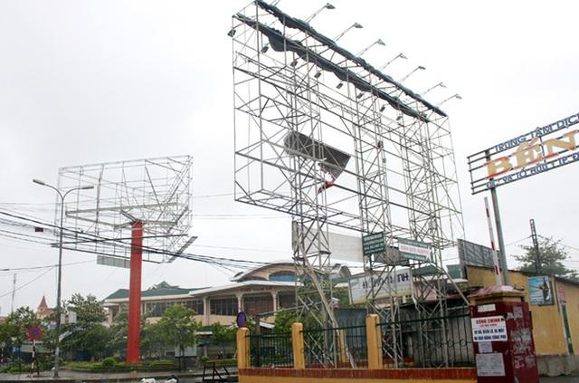 Hệ thống biển quảng cáo tại chợ Ga, Nam Lý chỉ còn trơ lại bộ khung. Ảnh: Báo Quảng Bình